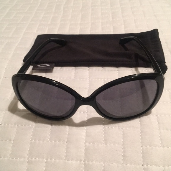 15dfae3f4de Women s Oakley Sunglasses. M 5c33fe693c9844111d316898